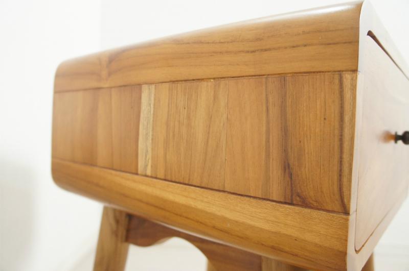 北欧スタイル ベッドサイドテーブル